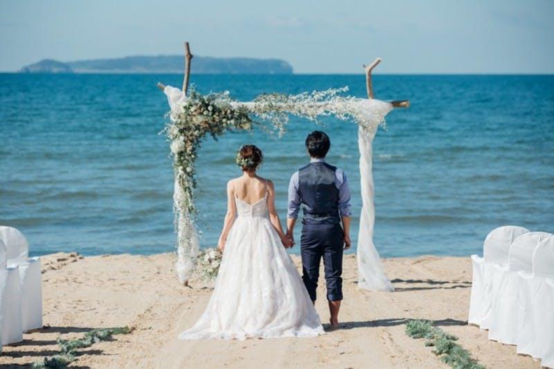 ▲福津店では「ビーチウェディング」として海に一番近い結婚式ができる:ぶどうの樹ウェディングより