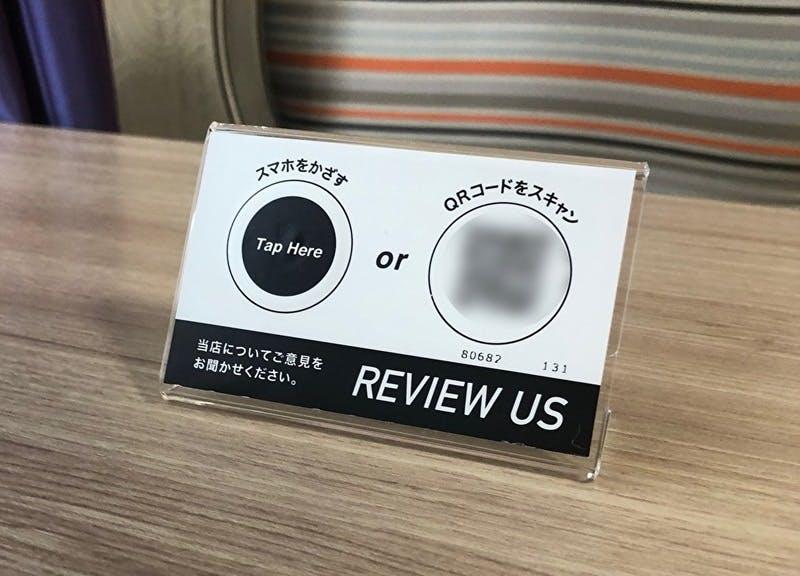 ▲ホテル京阪では、口コミコムが提供するステッカーを室内などに設置。口コミやお客様アンケートの投稿を促進しています:ホテル京阪撮影