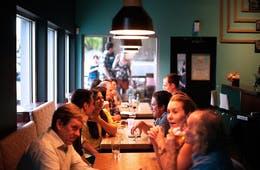 飲食店の集客5つの施策/オンライン・オフライン別集客方法は?グルメサイト掲載やSNS活用、広告出稿などを解説